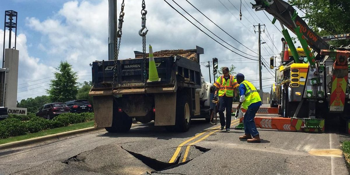 Water main break causes sinkhole on Vestaview Lane in Vestavia Hills