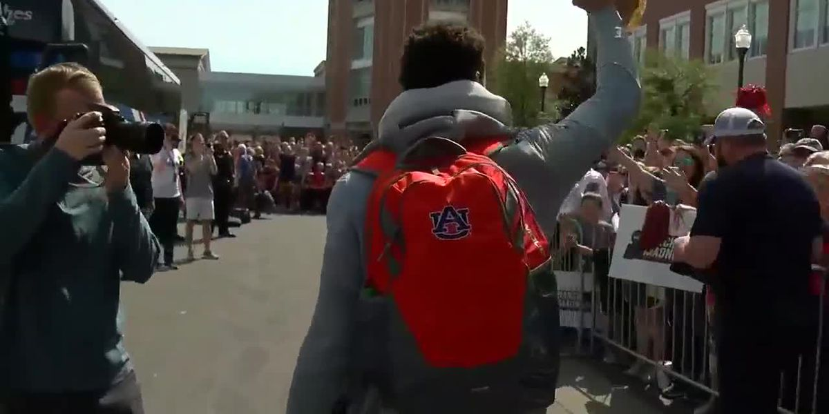 Auburn basketball team leaves arena for Final Four